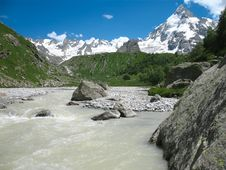 Free Mountains And River Closer Royalty Free Stock Photography - 3385227