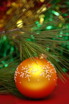 Free Yellow Christmas Ball Stock Image - 3387031