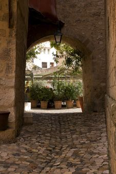 Free Cobbled Entry And Archway Moustiers France Stock Photography - 33825412