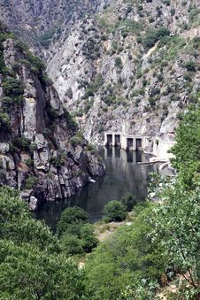 Free Dam Of Aldeadavila Royalty Free Stock Images - 33864129