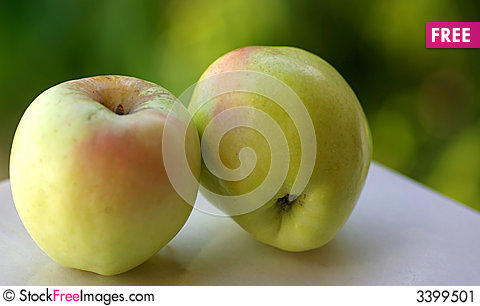 Free Green Apples On Green Backgrou Stock Image - 3399501
