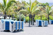 Free Sunbeds On The Beach Royalty Free Stock Photos - 33912608