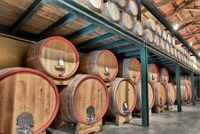 Free Casks In Wine Cellar Royalty Free Stock Photos - 33916868