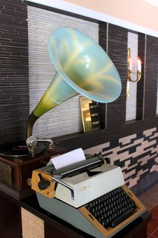 Free Retro Gramophone And Typewriter Royalty Free Stock Photography - 33982327