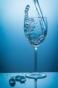 Free Waterglass And Icecubes Royalty Free Stock Photography - 33987487