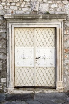 Free Old White Doors Stock Photo - 34003620