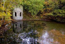Autumn Leaves Around A Victorian Folly And Old Quarry Pond, Woodhouse Eaves, Leicestershire Royalty Free Stock Photos