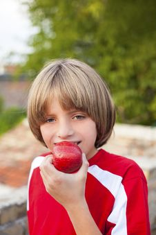 Free Child Eating Apple Royalty Free Stock Photography - 34071597