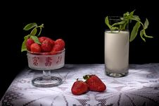 Free Strawberry And Milk Royalty Free Stock Photos - 3415598