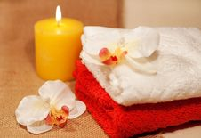 Free Two Towels With Orchid Stock Images - 34281914