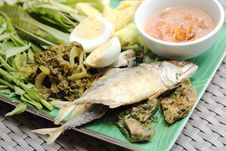 Free Fried Mackerel Fish,chili Sauce And Fried Vegetable Stock Photo - 34291460