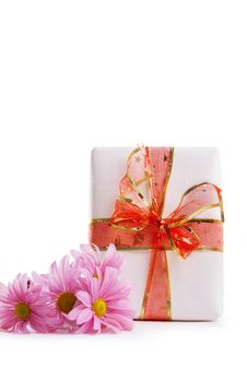 Free Gift Box With Red Ribbon And Pink Dasies Royalty Free Stock Photography - 34296957