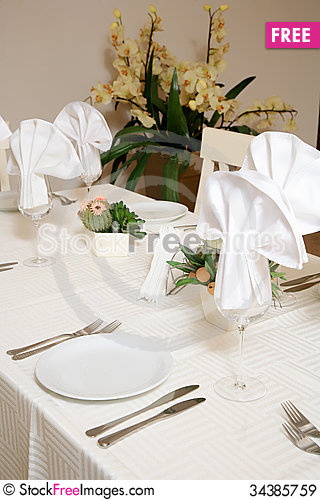 Free Restaurant Table Royalty Free Stock Images - 34385759