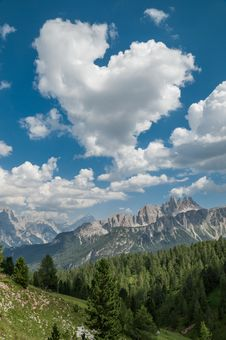 Free Heart-shaped Cloud In The Mountains Royalty Free Stock Photo - 34579735