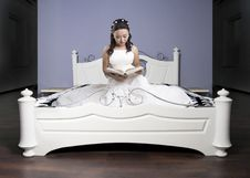 Free Reading In Bed Royalty Free Stock Photo - 34591035