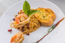 Free Prawn Fried Spaghetti Stock Photography - 34632042
