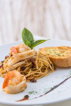 Free Prawn Fried Spaghetti Royalty Free Stock Images - 34632049