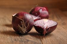 Free Red Onion On Wood Stock Images - 34656134