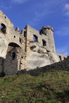 Free Castle Ruins In Ogrodziencu Stock Photography - 34659222