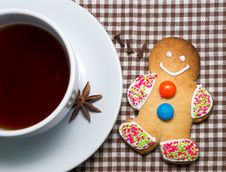 Free Gingerbread Man With Cup Of Hot Tea Royalty Free Stock Images - 34696589