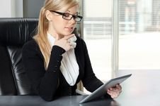 Free Businesswoman In The Office Working On The Tablet Royalty Free Stock Image - 34769466