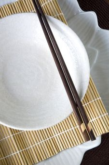 Free White Dish On Bamboo Mat Royalty Free Stock Photography - 34782737