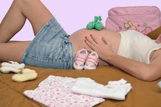 Free Pregnant Mom, Baby Clothes Stock Photography - 34913002
