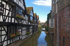 Free Tudor Houses And River Boating Royalty Free Stock Photo - 34921445