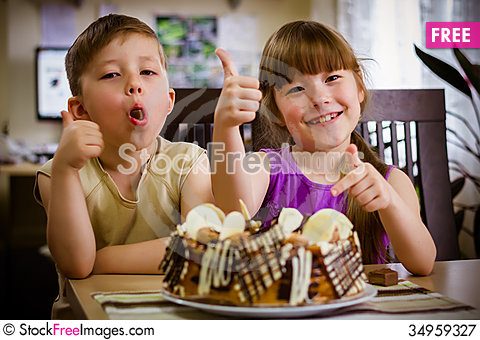 Free Children Eat A Cake Royalty Free Stock Photography - 34959327
