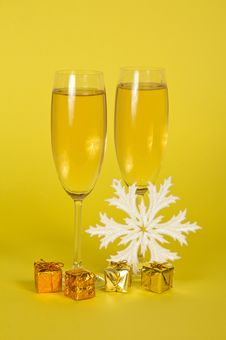 Free Christmas Champagne In Wine Glasses Small Gift Royalty Free Stock Image - 34978006