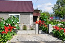 Free Beautiful Home In The Summer, Decorated With Red Flowers Royalty Free Stock Image - 34983306
