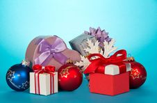 Free Gift Boxes And Beautiful Christmas Toys Royalty Free Stock Photography - 34983627