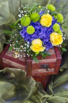Free Yellow Roses Bouquet On Box Royalty Free Stock Image - 35078516