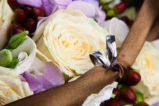 Free Wedding Rings With Flowers Royalty Free Stock Photo - 35089785