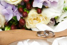 Free Wedding Rings With Flowers Stock Photography - 35089822