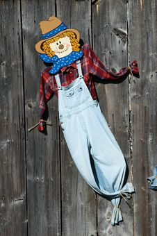 Free Scarecrow On Barn Stock Images - 3514094