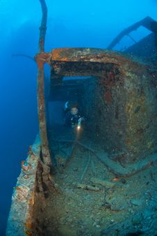 Free Woman Diver On Ship Wreck Stock Images - 3516464