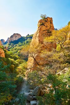 Free The Steep Boulder Of Gallery Valley Of Zu Mountain Royalty Free Stock Images - 35106979