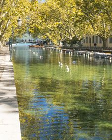 Free River And Bridge In Annecy Royalty Free Stock Photo - 35121785