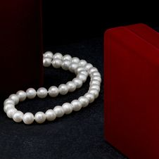 Free Pearl Necklace Royalty Free Stock Photography - 35154797