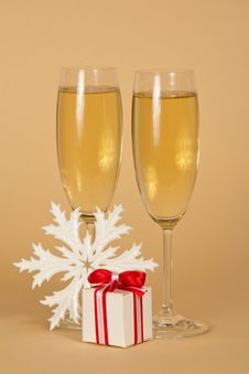 Free Wine Glasses With Champagne A Beautiful Gift Box Stock Photos - 35159123