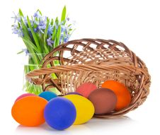 Free Bright Eggs Before A Basket Royalty Free Stock Photography - 35172157