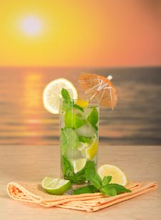 Free Mojito, Lemon And Napkin Royalty Free Stock Photos - 35174668