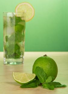 Free Mojito Cocktail, Slice Of A Lemon, And Spearmint Royalty Free Stock Photos - 35174708