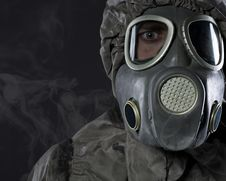 The Man In A Gas Mask In Smoke Royalty Free Stock Photos