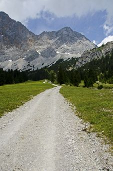 Free Hiking Path In The Alps. Stock Photo - 35252630