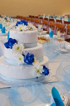 Free Wedding Cake With Blue Roses Royalty Free Stock Image - 35255216