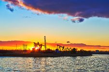 Free The Oil Fields And Lake Sun Setting Royalty Free Stock Images - 35287499
