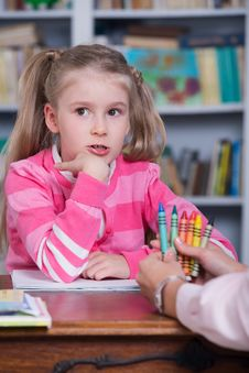 Free Child Chooses The Color Pencils Stock Photography - 35298532