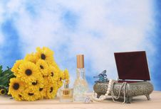 Free Jewelry Box And Flowers Royalty Free Stock Photography - 3546737